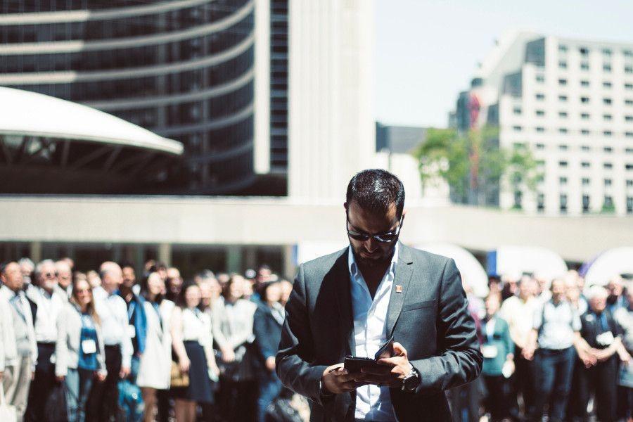 Mies tekee ostoksia mobiilissa.